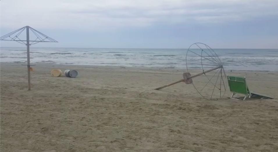 Atti vandalici negli stabilimenti balneari sulla spiaggia di Senigallia