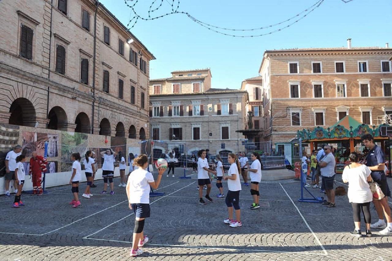 Giovani in piazza per lo sport