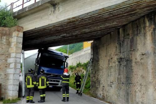 San Severino Marche, camion incastrato nel sottopasso ferroviario