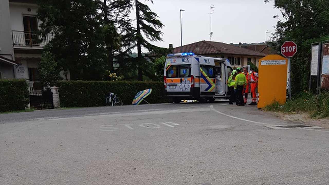 I soccorsi sul luogo del decesso del ciclista