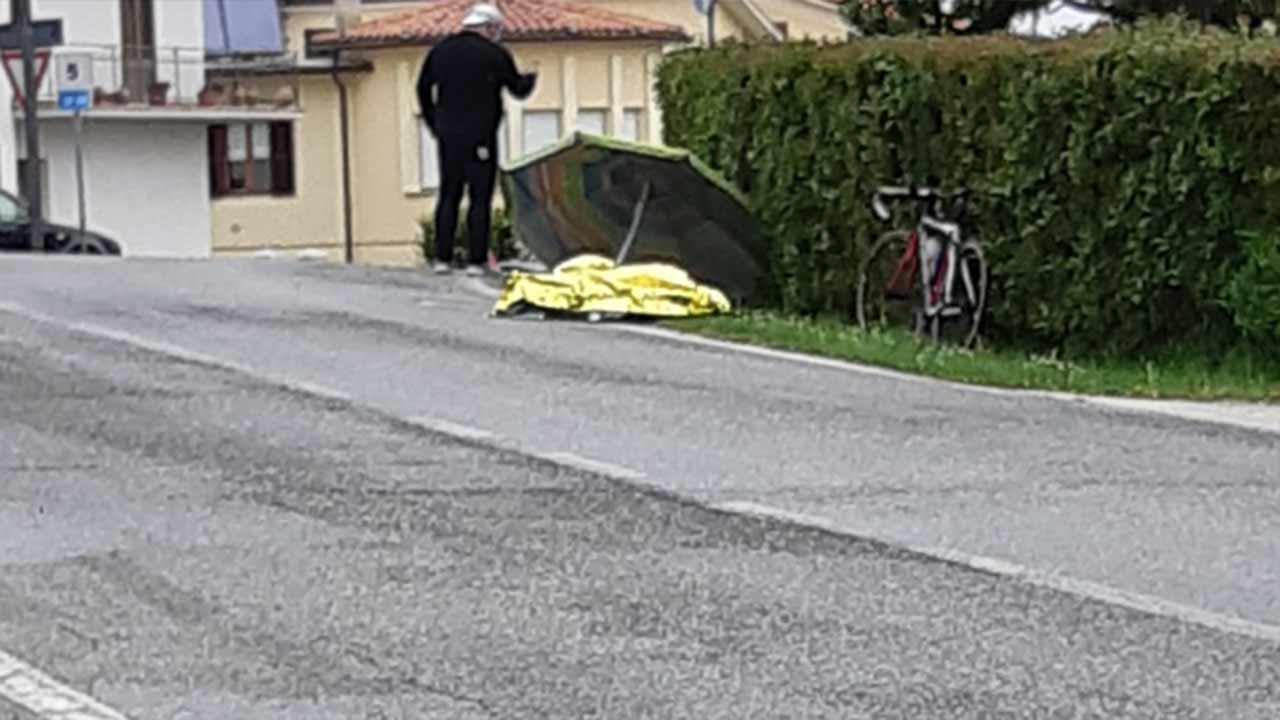 Il corpo del ciclista deceduto ad Arcevia