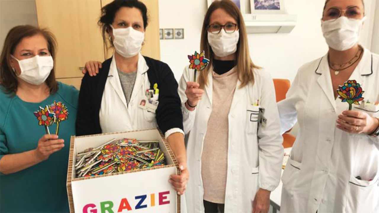 Fiori colorati per il personale dell'ospedale di Senigallia impegnato nell'emergenza covid