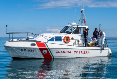 Pesaro, si ribalta col gommone tra le onde: 80enne ritrovato vivo su una spiaggetta