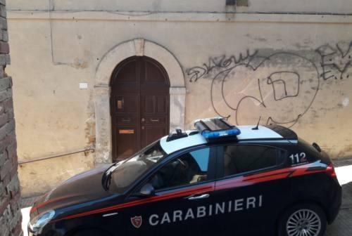 Urbino, i carabinieri denunciano 23enne per aver imbrattato alcuni muri del centro
