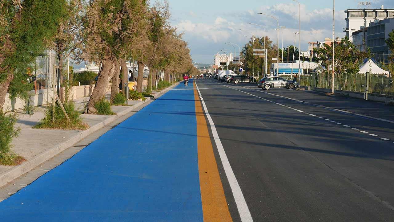 Mobilità sostenibile: la pista ciclabile sul lungomare Da Vinci, a Senigallia