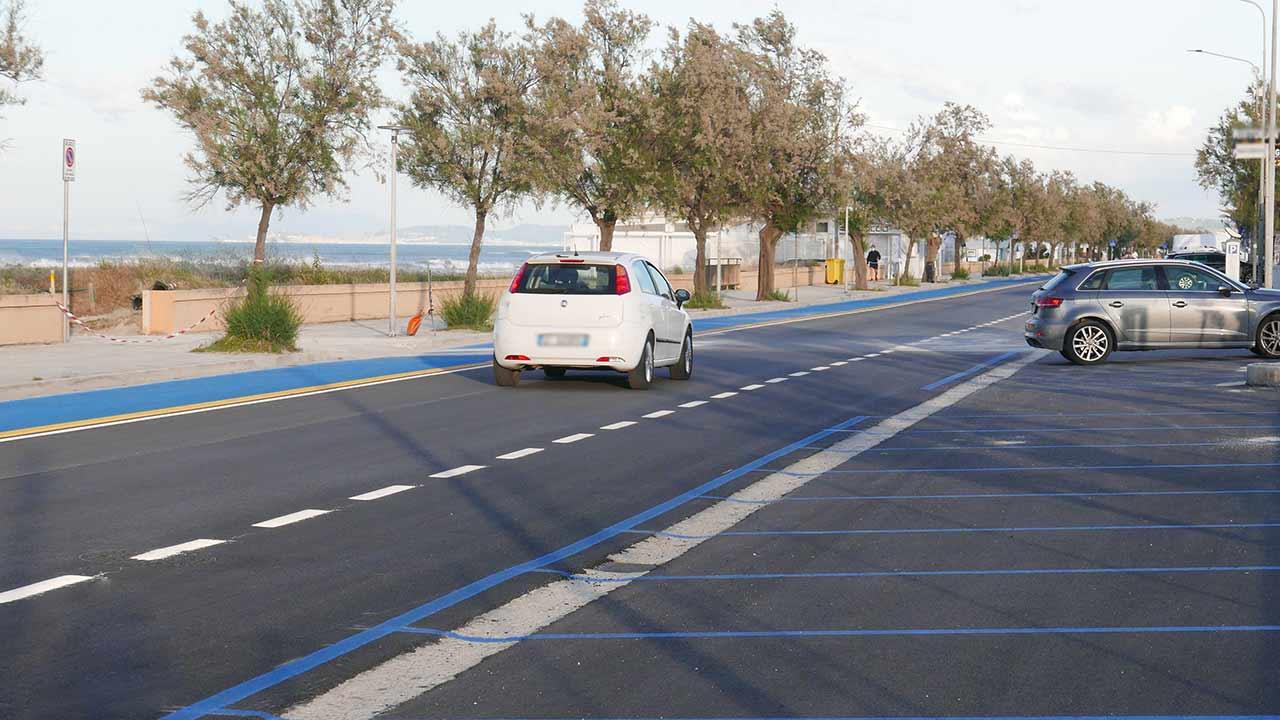 Il lungomare Da Vinci, a Senigallia: pista ciclabile sulla sinistra, parcheggi a pagamento sulla destra