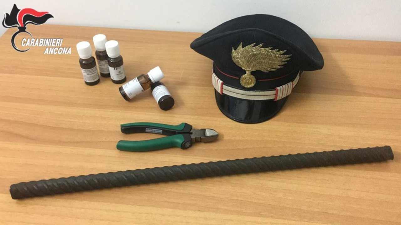Gli oggetti sequestrati dai Carabinieri a Montemarciano