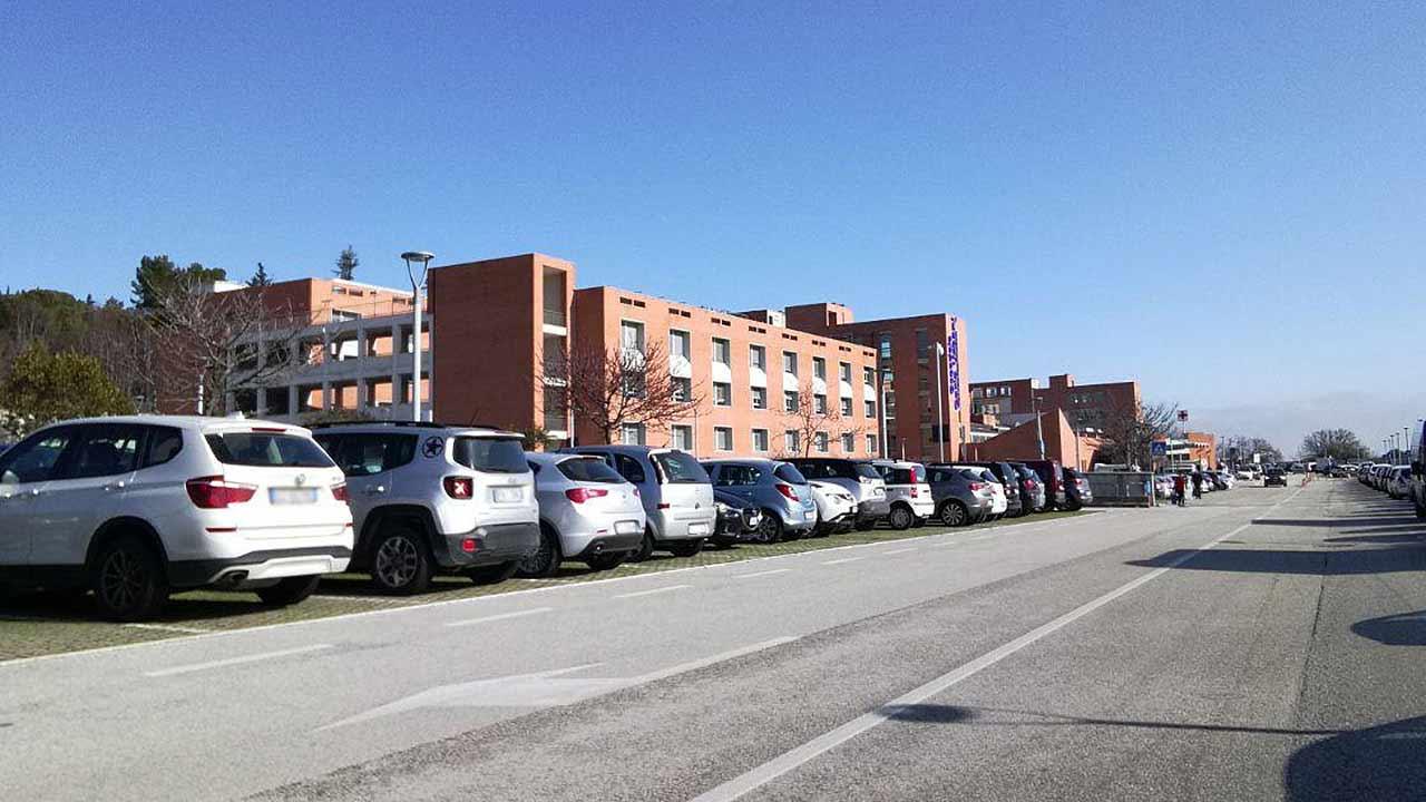 L'ospedale Carlo Urbani di Jesi: il parcheggio auto