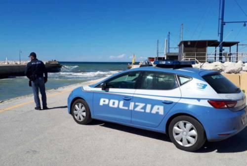 Gira in bici al porto di Senigallia e cade in acqua, tre surfisti la salvano