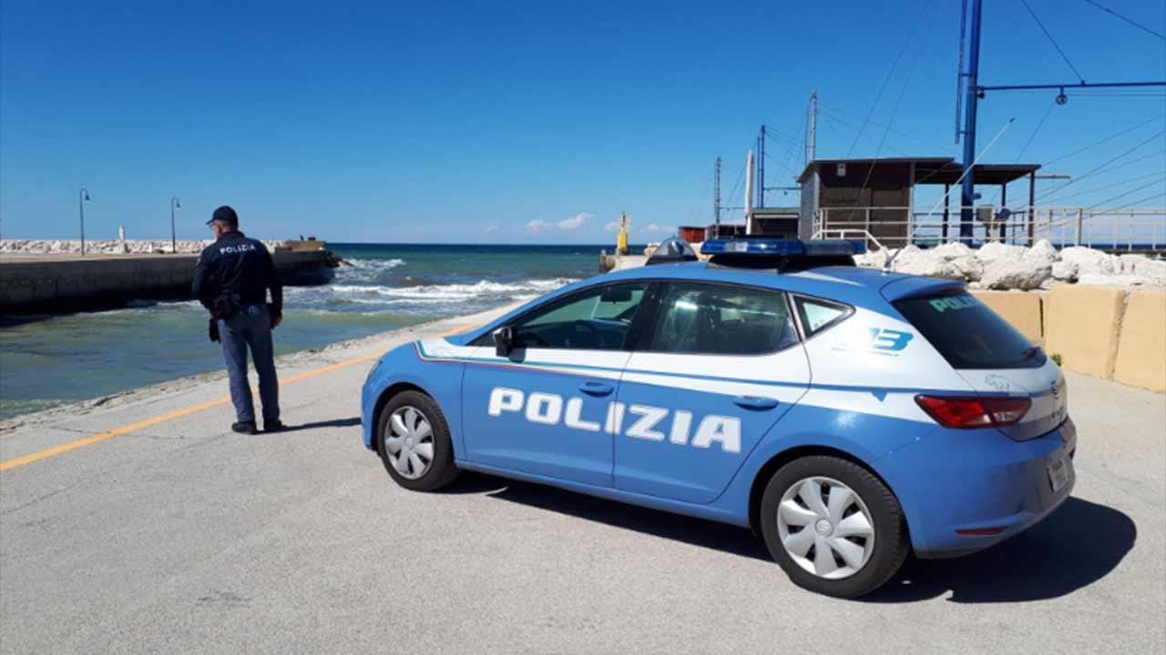 La polizia al porto di Senigallia dove tre surfisti hanno salvato una giovane donna caduta in mare
