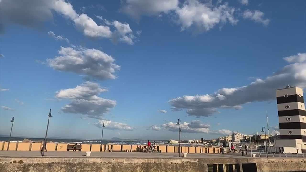 Persone a passeggio lungo il porto di Senigallia
