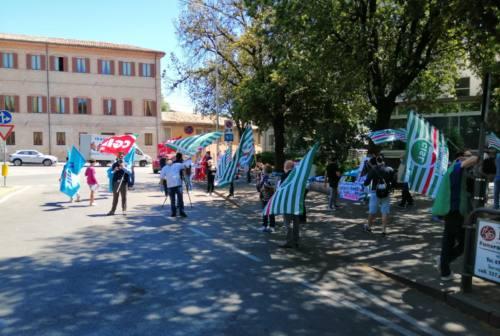 Pesaro, indennità covid per gli operatori della sanità, sit-in di protesta davanti all'ospedale