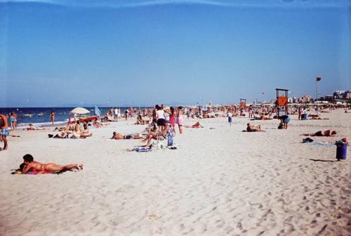 Fano, spiaggia libera per i clienti degli alberghi: il Comune dice no