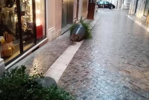 Strike di fioriere in centro ad Ancona, filmati i vandali