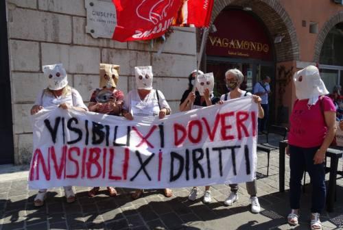 Senza stipendio e prospettive: sit-in ad Ancona dei lavoratori delle mense scolastiche e aziendali