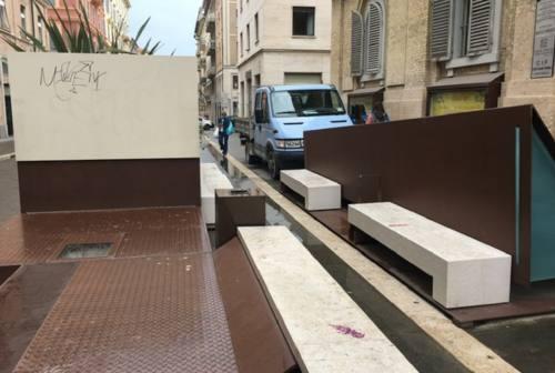 Arredo urbano Corso Garibaldi, scatta la petizione: «Graffiti e sporcizia, l'amministrazione li tolga»