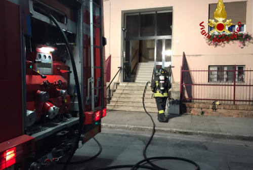 Falconara, incendio in uno scantinato: palazzina evacuata e parzialmente inagibile