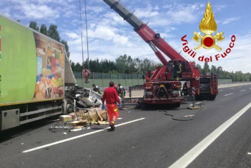 Mezzo pesante si ribalta in A14, traffico bloccato da Ancona nord a Loreto
