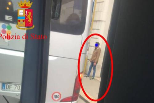 Ancona, toccava ragazzine sul bus: andrà a processo per violenza sessuale