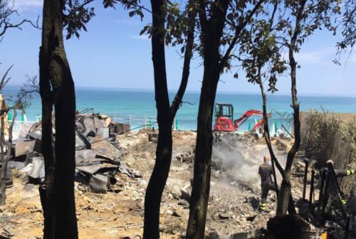 Incendio Bonetti, sopralluogo dei consulenti in spiaggia