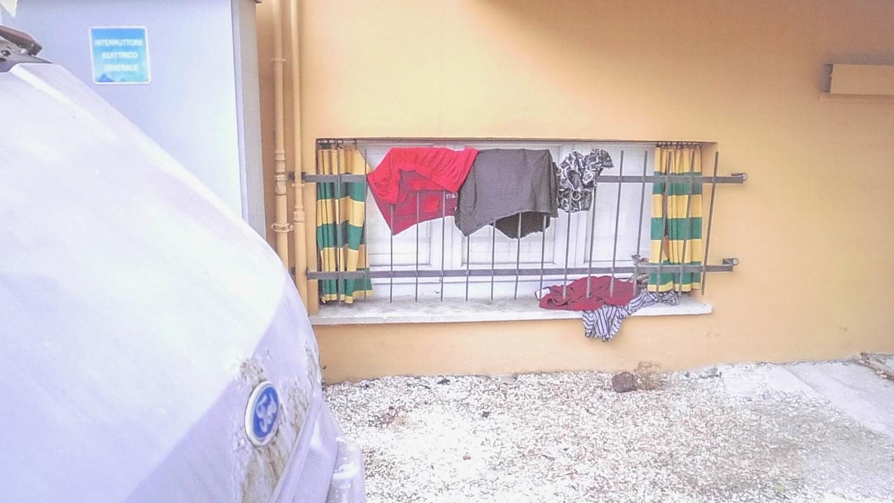 Uno degli alloggi d'emergenza all'hotel Trocadero di Senigallia: il piano mezzanino si trova all'altezza delle auto e dei gas di scarico