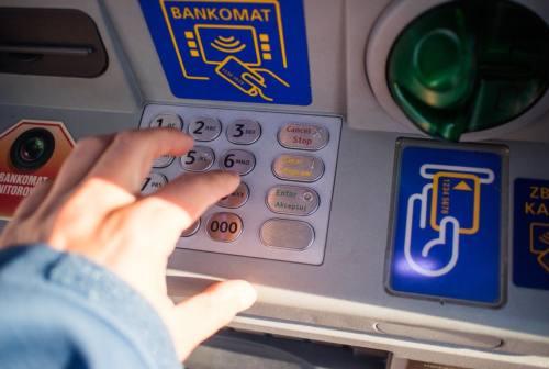 Truffa dei bancomat a Fano, pensavano di ricevere denaro e invece lo inviavano: 4 denunce
