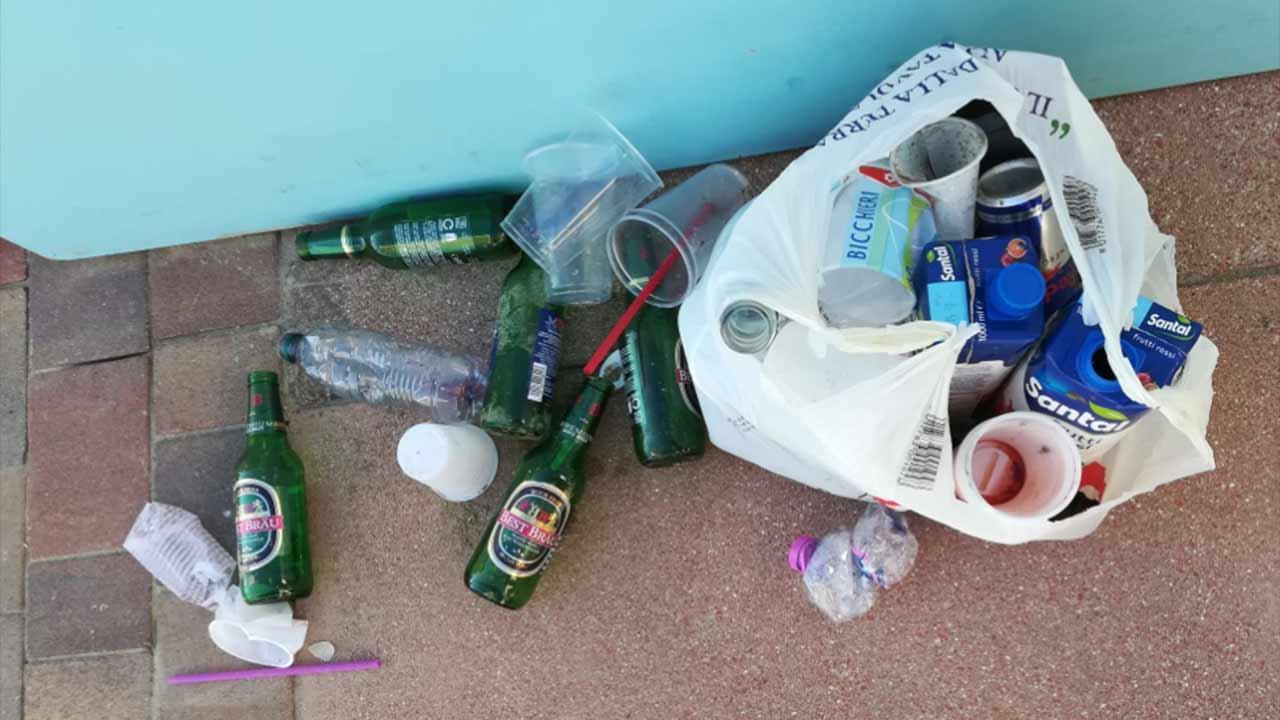 Bicchieri e bottiglie in vetro, plastica e lattine abbandonate negli stabilimenti balneari di Senigallia il sabato notte