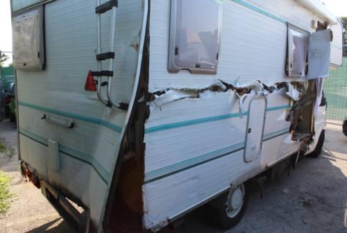 Fano, camper impazzito sulla vecchia Flaminia: danneggiamenti ad auto e pali della luce
