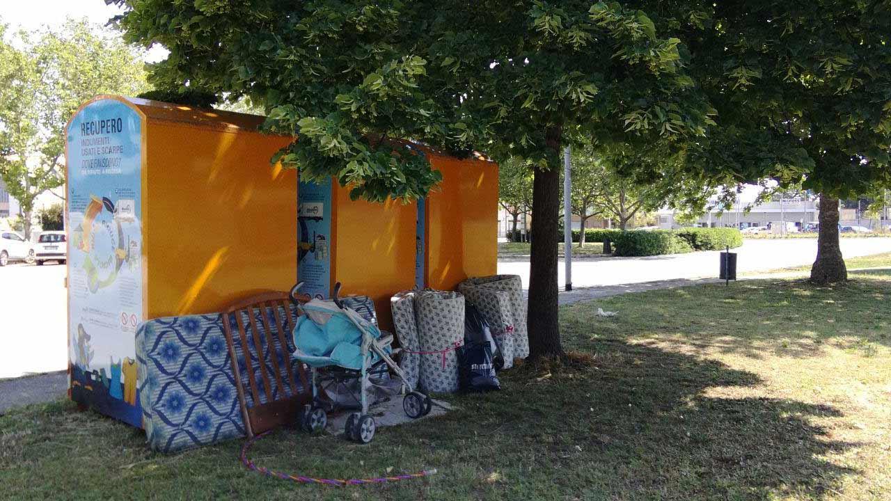 I rifiuti abbandonati nel giardino della scuola materna della Cesanella
