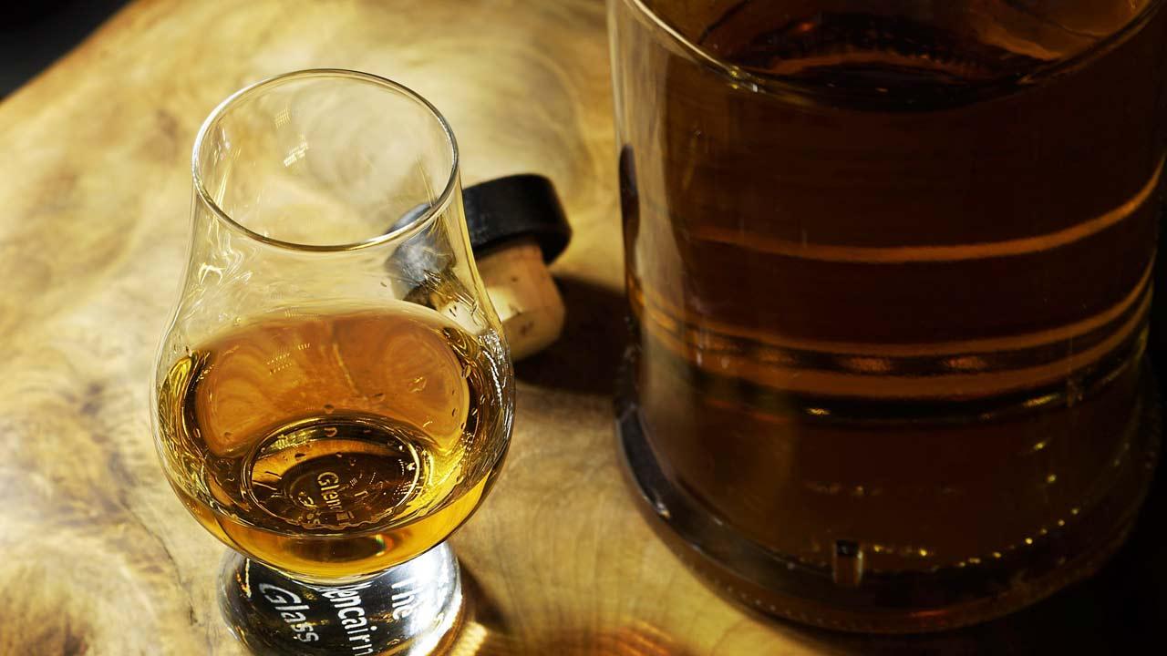 bicchiere di whisky, alcol