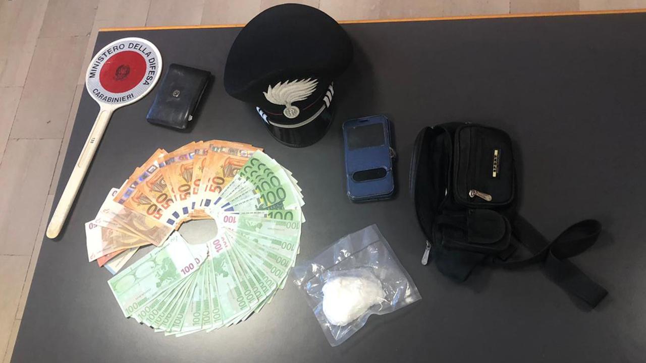 La droga e i materiali posti sotto sequestro dai carabinieri a Falconara