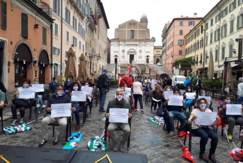 Ancona, presidio dei sindacati sulla scuola: «Dal 1° settembre decorosamente in aula»