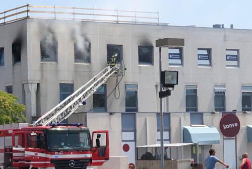 Senigallia, incendio al centro direzionale: distrutto uno studio, venti persone evacuate
