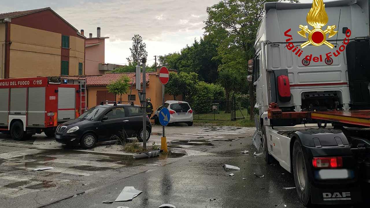 La scena dell'incidente tra un'auto e un camion a Marina di Montemarciano, lungo la statale 16 angolo via Leopardi