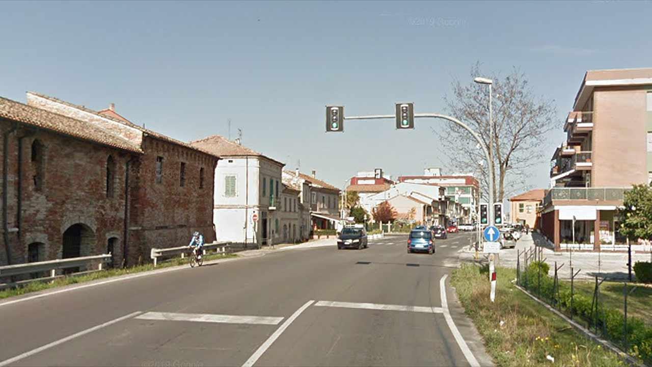 L'incrocio a Montemarciano tra via Roma (a sinistra), la statale 16 e via Leopardi (a destra)