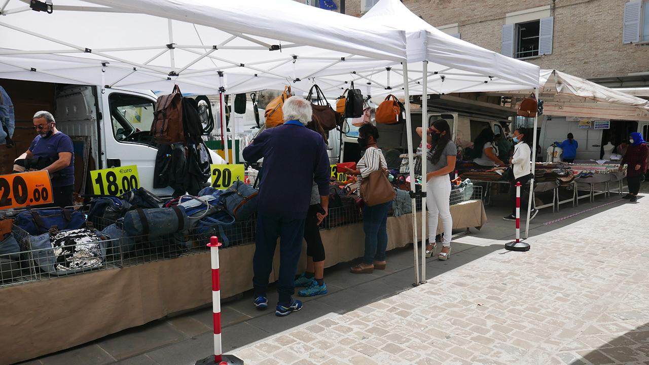 Le persone tra le bancarelle del mercato a Senigallia