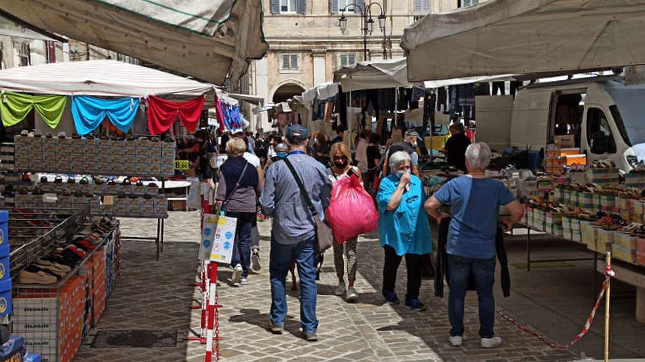 Le persone tra le bancarelle del mercato in piazza Garibaldi a Senigallia