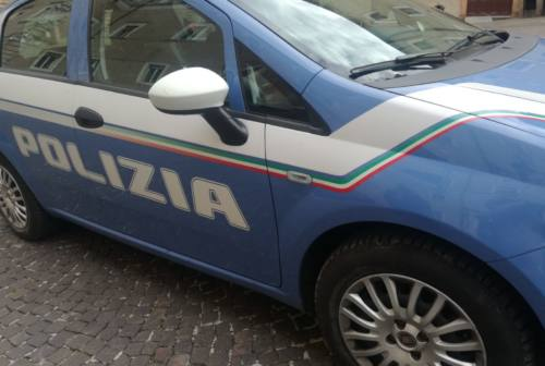 Contrasto allo spaccio a Macerata: tre poliziotti feriti da un 30enne che aveva ingoiato ovuli di droga