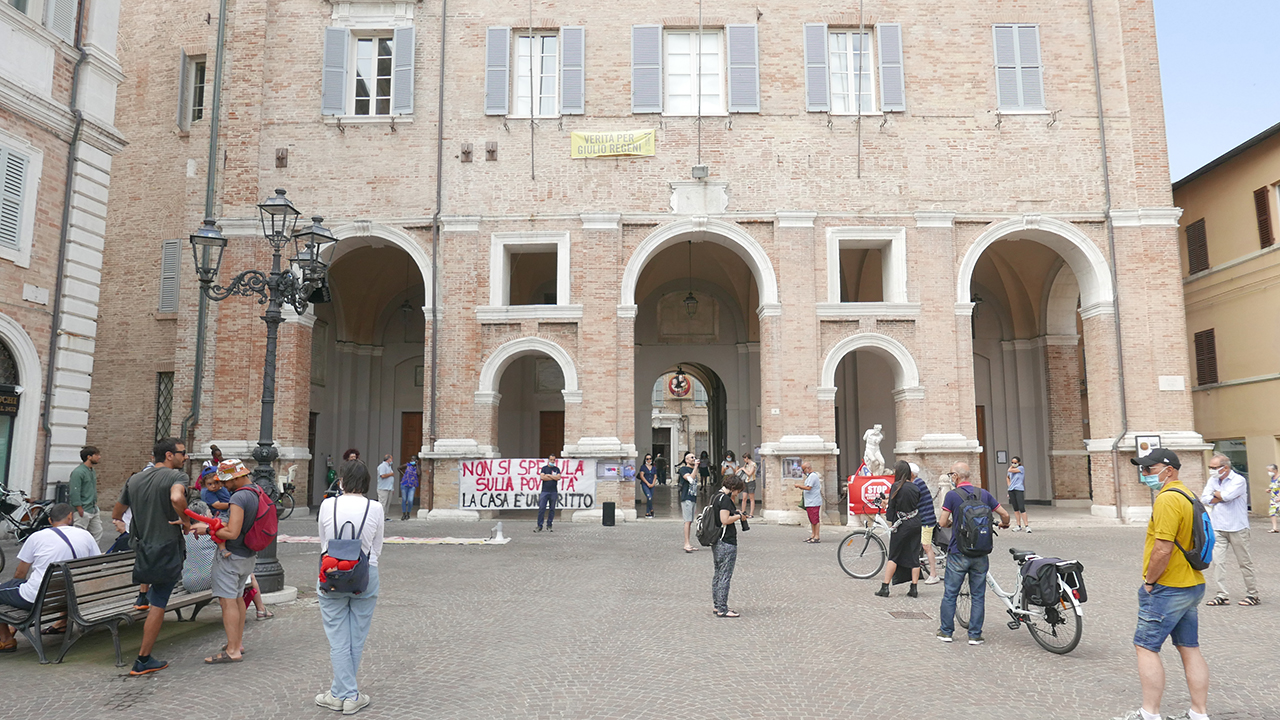 La manifestazione di protesta in piazza Roma a Senigallia per le condizioni sociali di alcune persone in difficoltà