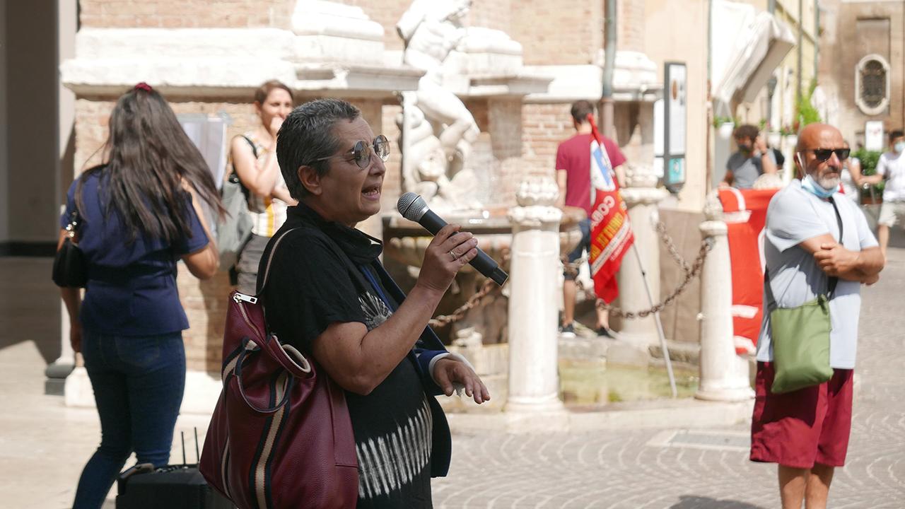 La manifestazione di protesta in piazza Roma a Senigallia