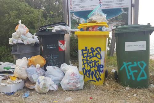 Ancona, Comitato Mezzavalle Libera: «Bagni chiusi e spiaggia piena di rifiuti»