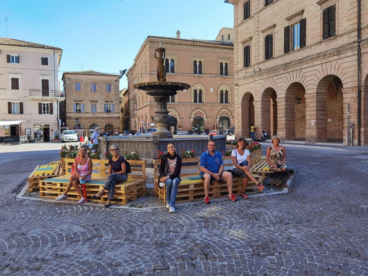 Un gruppo di turisti con la guida in centro a Osimo