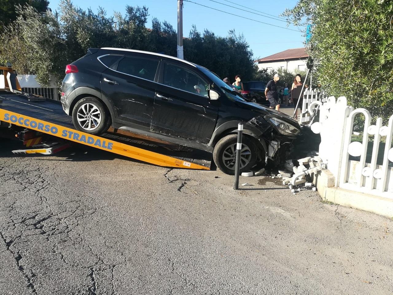 L'auto finita addosso alla recinzione