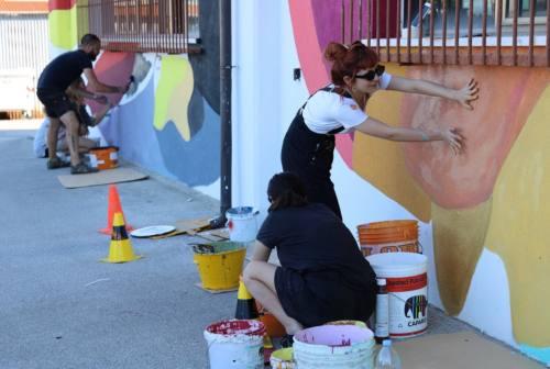 Osimo, le studentesse del Laeng al lavoro con l'artista Bartocci