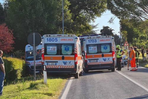 Pergola, si schianta contro un'ambulanza mentre svolta verso casa