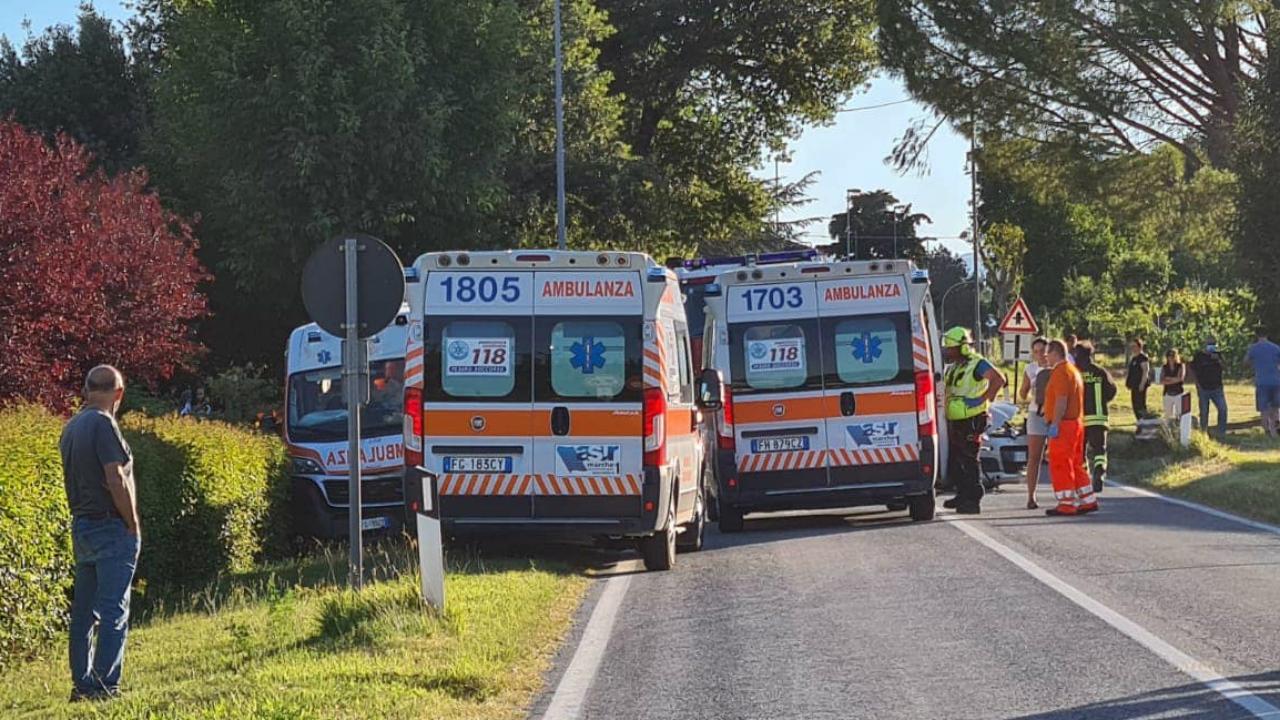 Si schianta contro un'ambulanza mentre svolta verso casa