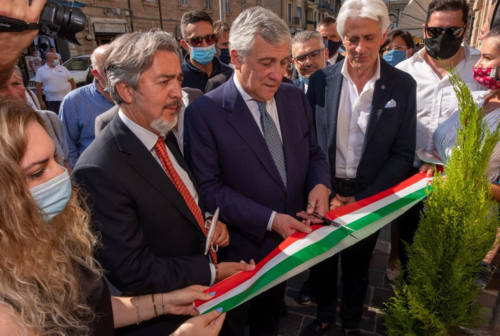 Macerata, inaugurata la sede di Forza Italia. Tajani: «La città ha bisogno di una persona come Sandro Parcaroli»