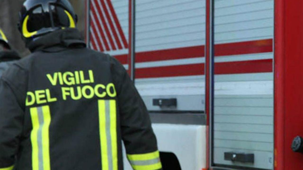 Vigili del fuoco intervenuti per soccorrere un furgone in fiamme