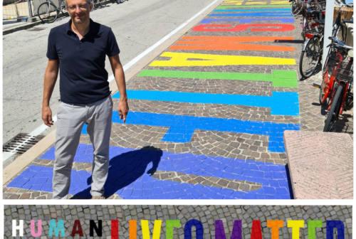 """""""Black Lives Matter"""", Pesaro contro il razzismo. Il sindaco Ricci: «Non c'è spazio per i razzisti in città»"""
