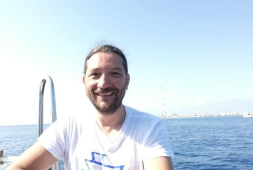 Attraversa a nuoto lo stretto di Messina, l'impresa di un ristoratore jesino